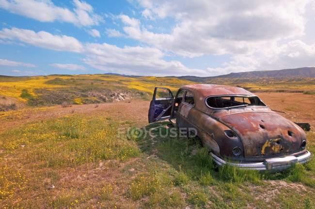 Брошенный автомобиль в поле — стоковое фото