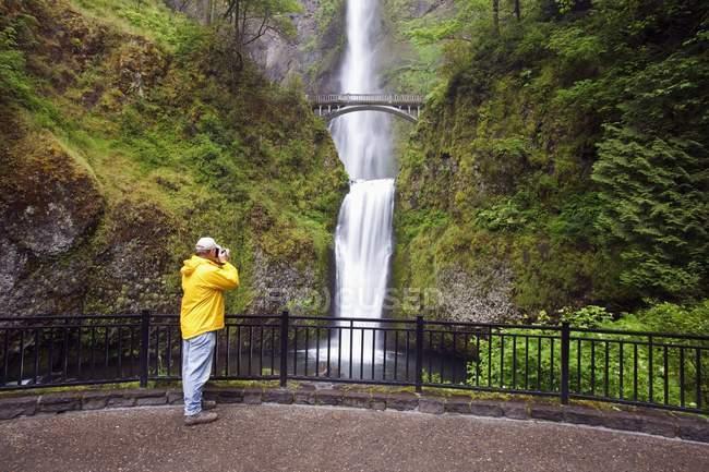 Männliche Wanderer Fotografieren der Multnomah Falls Columbia River Gorge National Scenic Area in Oregon, Usa — Stockfoto