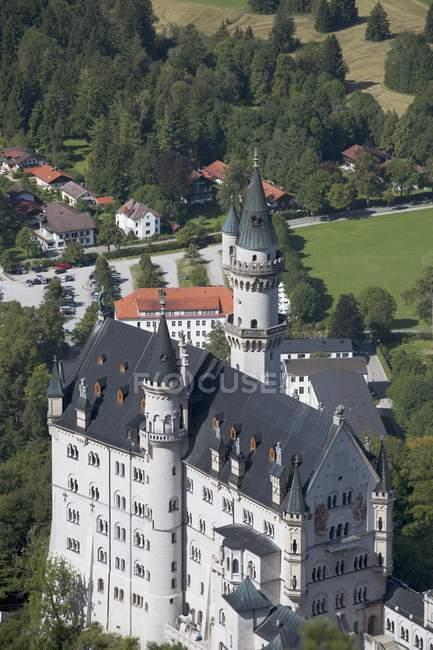 Bayerische Burg mit Feldern — Stockfoto