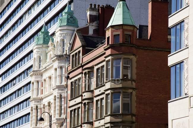 Moderne und Altbauten — Stockfoto