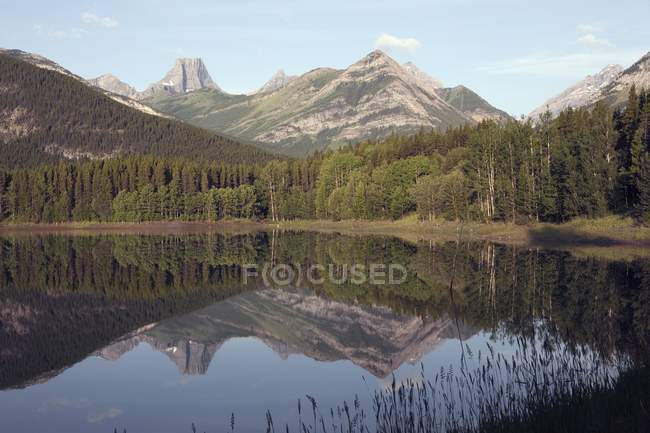 Étang de coin avec montagne forteresse — Photo de stock