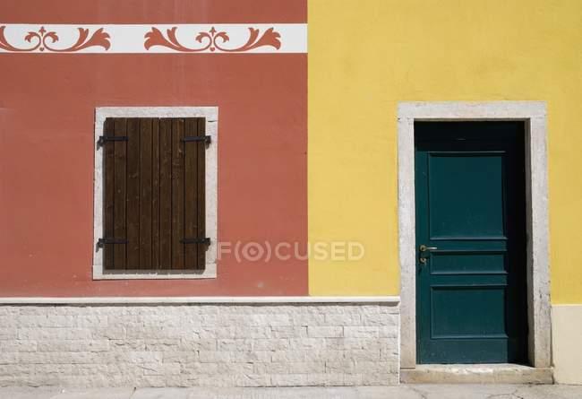 Bunte Häuserfront in Italien — Stockfoto
