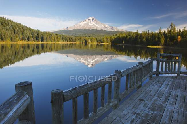 Mont Hood reflété dans le lac Trillium — Photo de stock