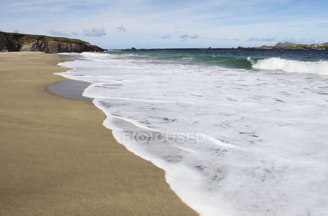 Plage sur l'île Blasket au large de la côte — Photo de stock