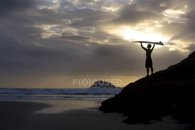 Surfista em pé na praia — Fotografia de Stock