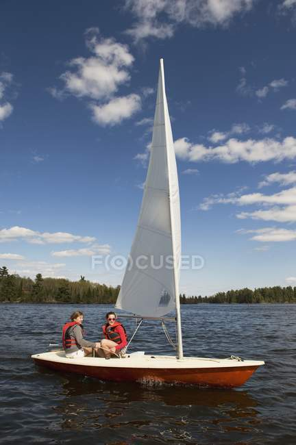 Couple en voilier sur l'eau, lac des bois, Ontario, Canada — Photo de stock