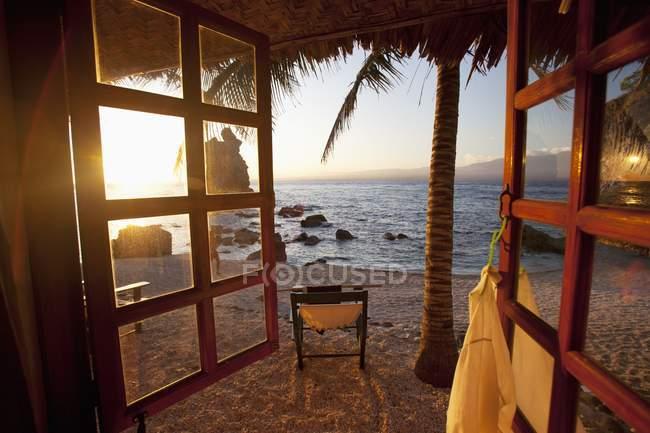 Vista sulla spiaggia dalla finestra del resort — Foto stock