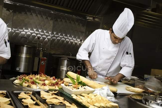 Chef preparando comida en la cocina moderna del restaurante - foto de stock