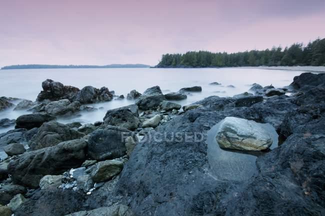 Скелі вздовж узбережжя на заході сонця — стокове фото