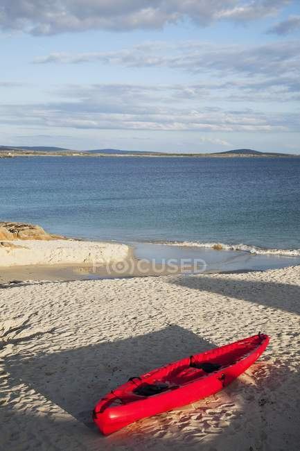Canot rouge sur la plage ; Roundstone — Photo de stock