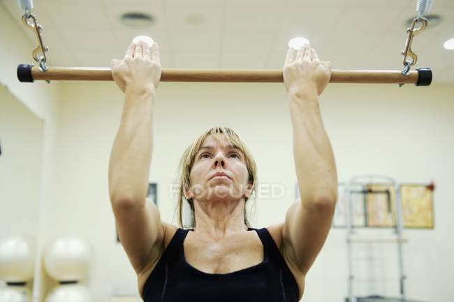 Caucasian Woman Using Bar During Exercise At Gym — Stock Photo