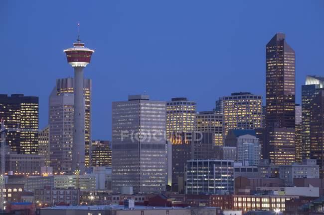 Horizonte de Calgary en la noche - foto de stock