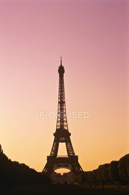 Эйфелева башня на закате — стоковое фото