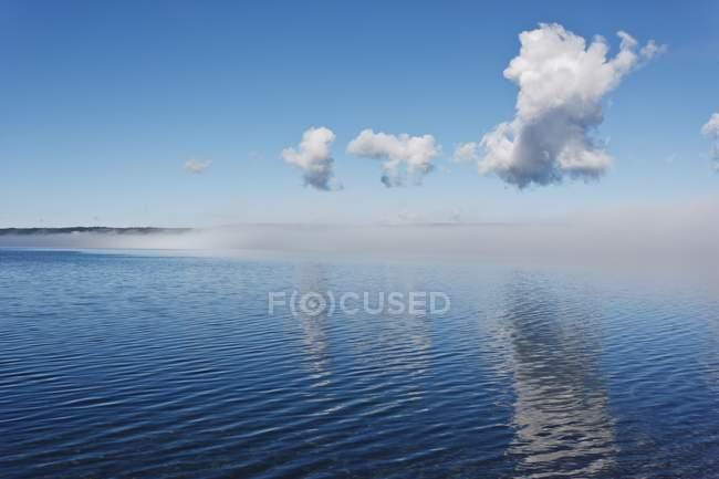 Nebel aus der Oberfläche des Sees löschen — Stockfoto