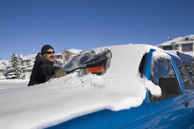 Людина чищення сніг з — стокове фото