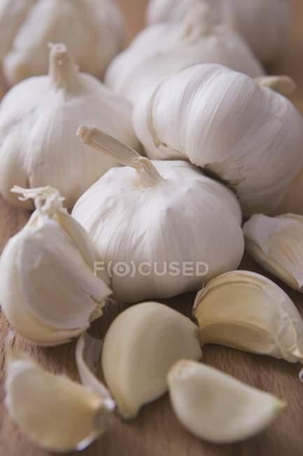 Сырой чеснок луковицы и гвоздика — стоковое фото