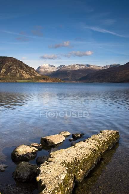 Montagne che circondano il lago — Foto stock