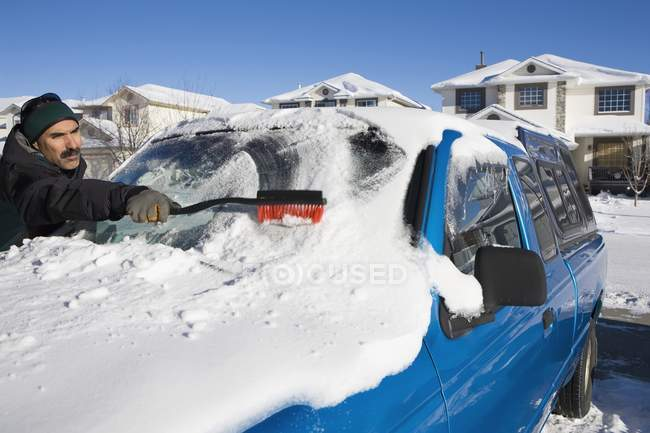 Man Brushing Snow Off A Vehicle's Windshield; Calgary, Alberta, — Fotografia de Stock