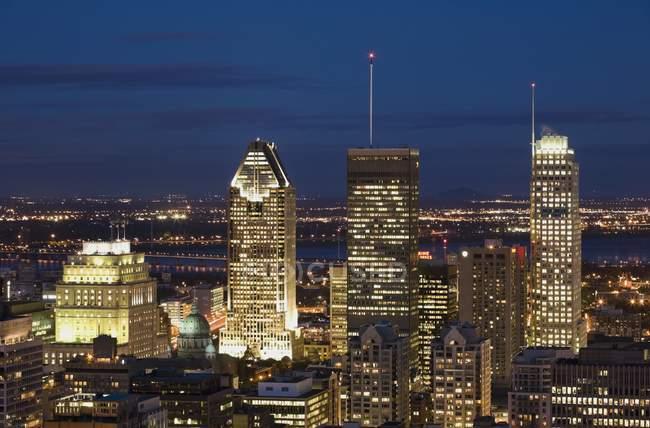 Horizonte en la noche en Montreal - foto de stock