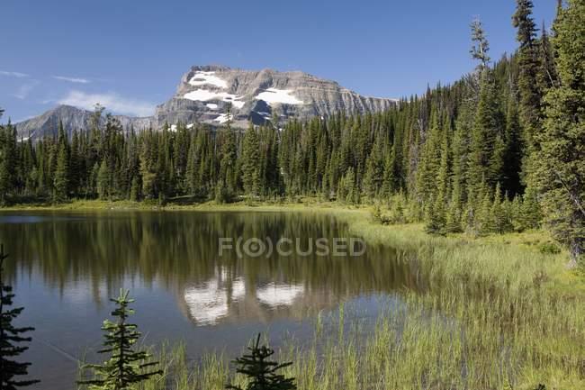 Picco di montagna si riflette nel lago — Foto stock