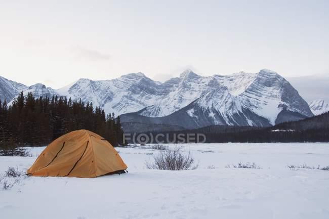 Zelt im tief verschneiten Wiese — Stockfoto