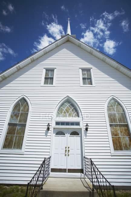 Iglesia blanca con campanario - foto de stock