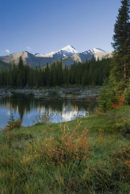 Віддзеркалення гір озеро — стокове фото
