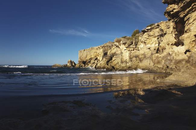 Tide Pool Reflects Sea Cliffs — Stock Photo