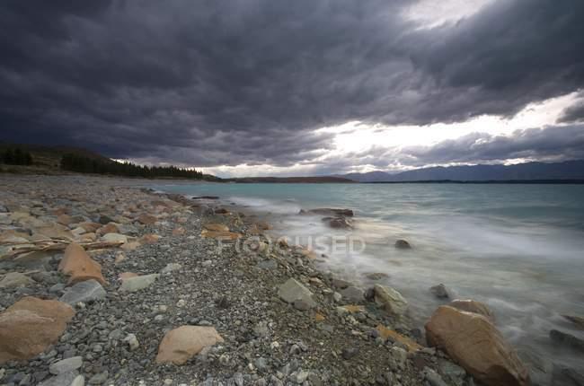 Vista da costa com pequenas pedras — Fotografia de Stock