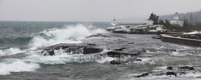 Grandes vagues près du rivage — Photo de stock
