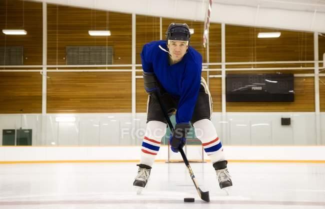 Reproductor masculino caucásico Hockey sobre el hielo - foto de stock