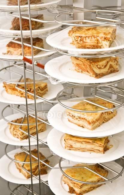Plaques De Lasagne sur support métallique à l'intérieur — Photo de stock