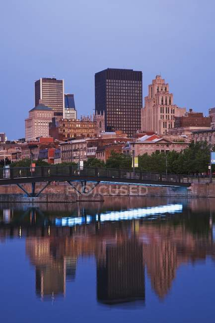 The Footbridge Reflected In The Bonsecours Basin — Stock Photo