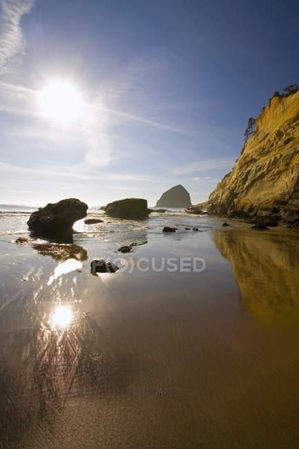 Скелястий берег і море — стокове фото