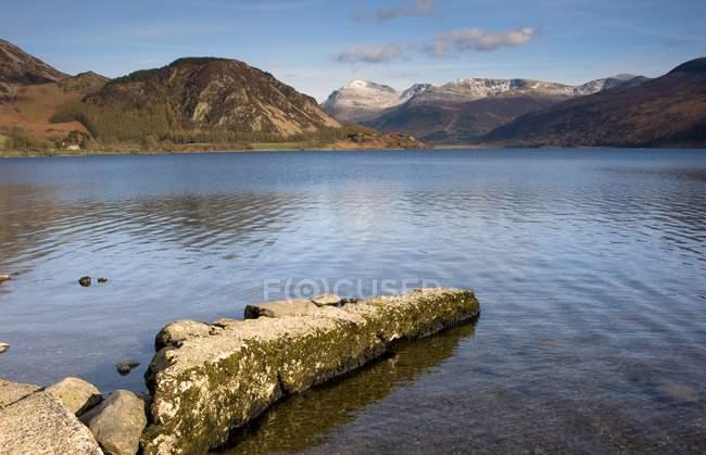 Montanhas em torno do lago — Fotografia de Stock