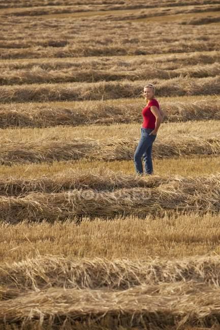 Mujer se para en el campo - foto de stock