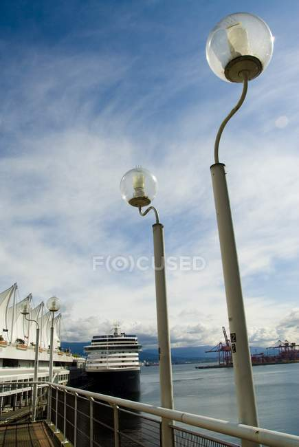 Світло посад проти води — стокове фото