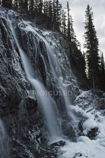Chute d'eau glacée sur le flanc de la montagne — Photo de stock