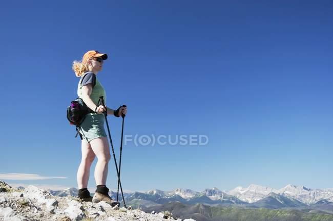 Donna escursionismo sulla cima della montagna — Foto stock