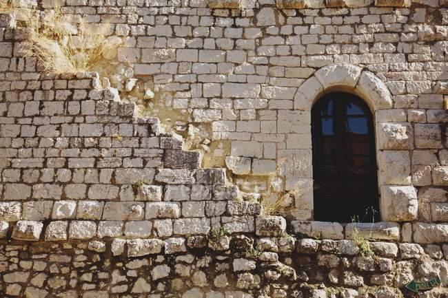 Porta na parede de pedra — Fotografia de Stock