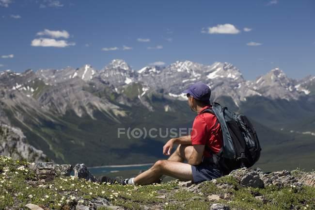 Männliche Wanderer sitzen an der Spitze — Stockfoto
