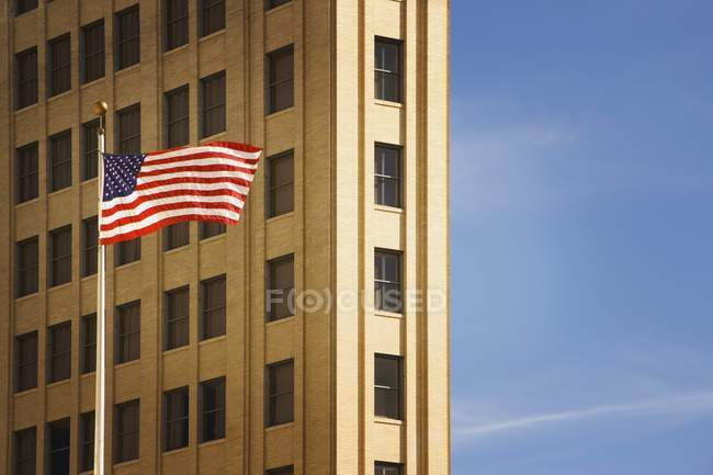 Американский флаг напротив здания — стоковое фото