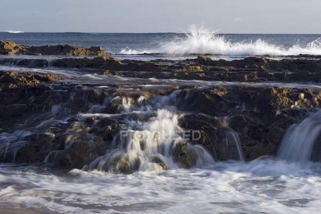 Prateleiras de lava e Surf — Fotografia de Stock