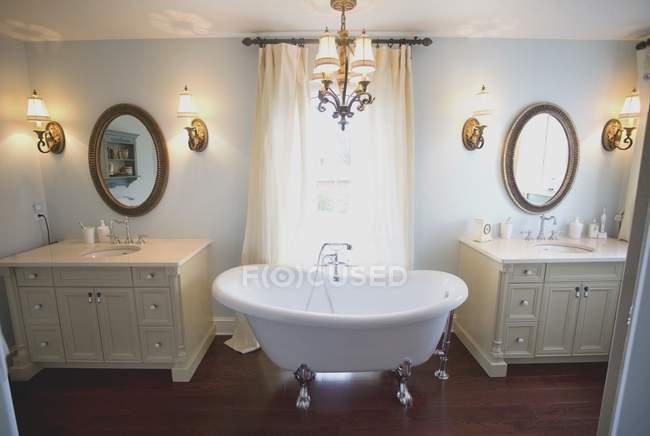 Інтер'єр сучасною ванною кімнатою з сантехніка і меблів — стокове фото