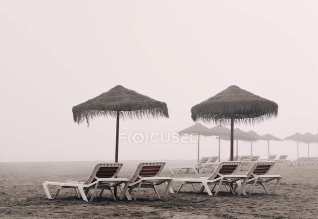 Camas de sol e guarda-chuva na praia de Playamar — Fotografia de Stock