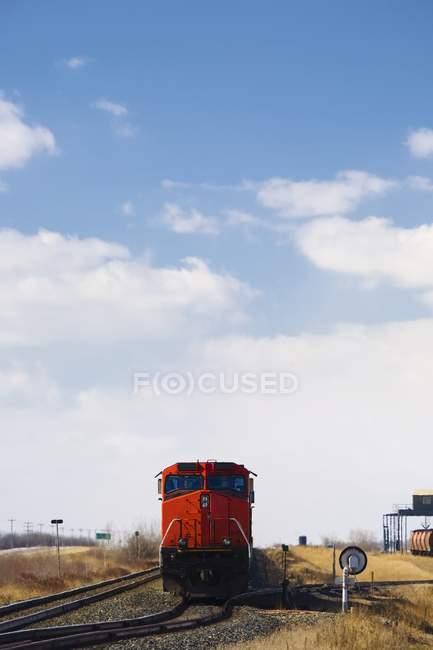 Moteur de train sur les rails pendant la journée — Photo de stock