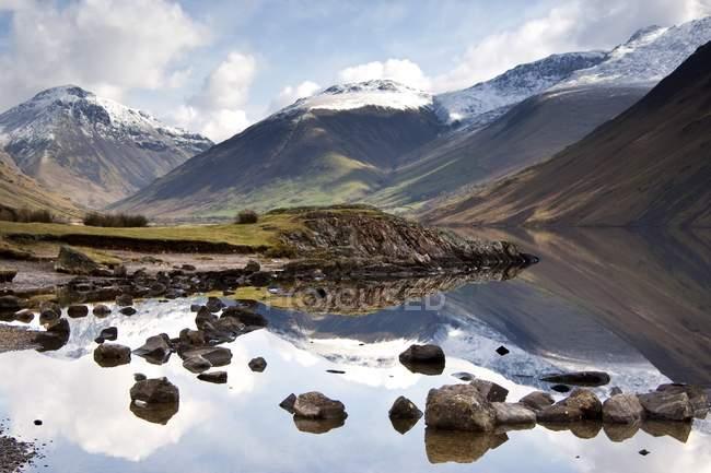 Montagne e lago al distretto dei laghi — Foto stock