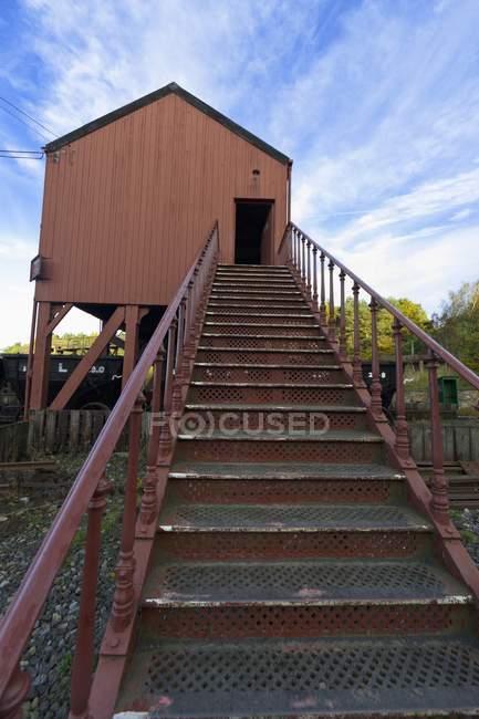 Escadas que antecederam a um edifício de elevado — Fotografia de Stock