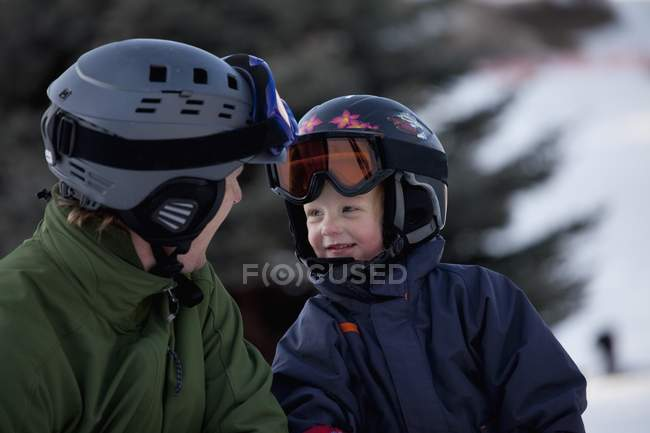 Père et fils portant casques et masques de ski — Photo de stock