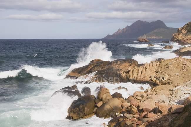 Vagues éclaboussant la côte — Photo de stock